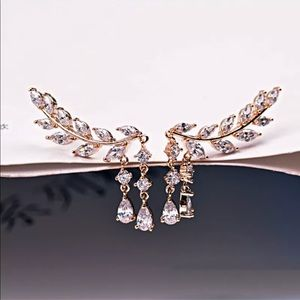Jewelry - Best Seller 🌹 gold /Gold and crystal ear crawler.